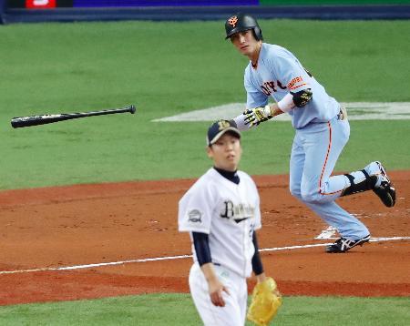 2回巨人2死一、三塁、小林誠が中前に先制打を放つ。オリックスの投手西=京セラドーム