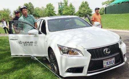 車に乗り込む男子ゴルフの松山英樹(左手前)=5月31日、オハイオ州ダブリン