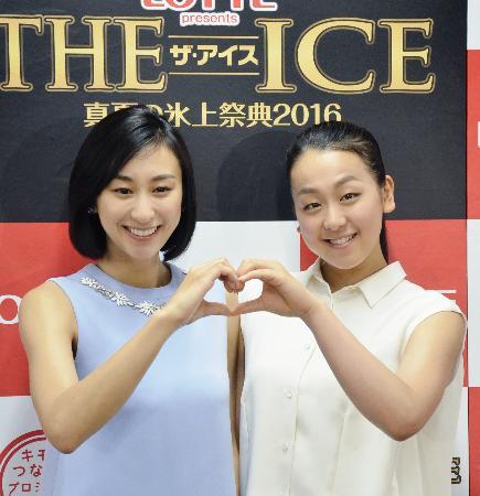 アイスショー「ザ・アイス」名古屋公演の記者会見で、ポーズをとる浅田真央選手(右)と姉の舞さん=1日午後、名古屋市