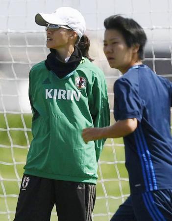 米国戦に向けた練習を見るサッカー女子日本代表の高倉監督(左)=コマースシティー(共同)
