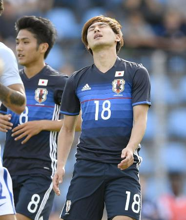 日本―イングランド 前半、シュートを外し悔しがる南野。左は大島=トゥーロン(共同)