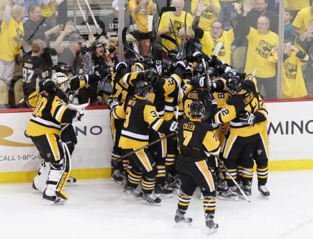 シャークスを延長で破り、喜ぶペンギンズの選手たち=ピッツバーグ(USA TODAY・ロイター=共同)