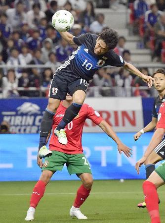 日本―ブルガリア 前半、ヘディングで2点目のゴールを決める香川=豊田