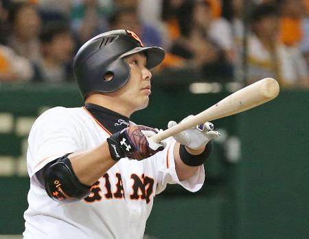 6回巨人1死、阿部が右越えに勝ち越しの本塁打を放つ=東京ドーム