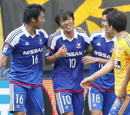 仙台―横浜M 前半、先制のPKを決めイレブンと喜ぶ横浜M・中村(10)=ユアスタ