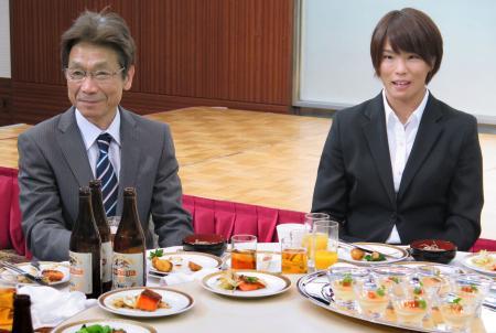 リオ五輪柔道代表の壮行会に出席した、女子57キロ級の松本薫選手(右)と父の賢二さん=5日午後、金沢市