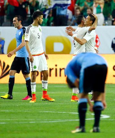 サッカーの南米選手権第3日、ウルグアイに競り勝ち喜ぶメキシコチーム=5日、米アリゾナ州グレンデール(AP=共同)