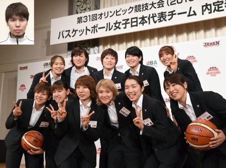 リオデジャネイロ五輪のバスケットボール女子日本代表に選ばれ笑顔を見せる(前列左から)町田、本川、栗原、吉田、近藤、三好、(後列左から)長岡、王、高田、間宮、宮沢=6日午後、東京都港区。顔写真は渡嘉敷