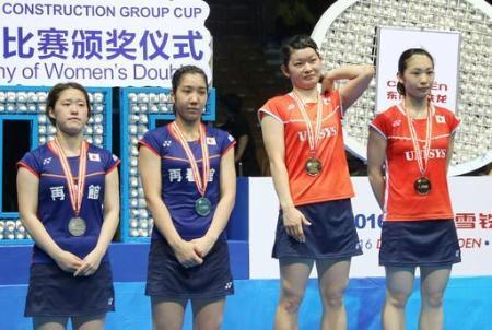 バドミントンのアジア選手権女子ダブルスの表彰台に立つ(左から)2位に終わった福万、与猶組と優勝した高橋、松友組=武漢(共同)