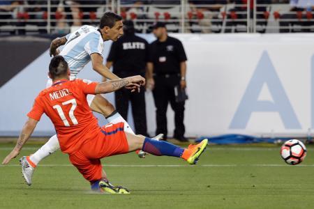 チリ戦で先制ゴールを決めるアルゼンチンのディマリア(奥)(AP=共同)