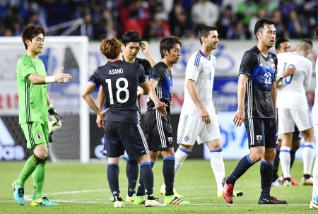 ボスニア・ヘルツェゴビナに敗れ肩を落とす吉田(右端)ら日本イレブン=7日、市立吹田スタジアム