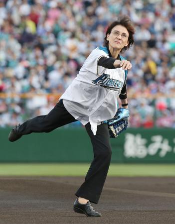 ビクトル・スタルヒン投手の生誕100年を記念し、プロ野球日本ハム―広島の始球式に登場した長女ナターシャさん=7日、北海道旭川市のスタルヒン球場