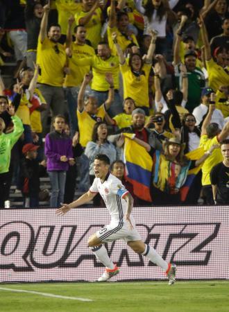 ゴールを決め喜ぶコロンビアのロドリゲス=カリフォルニア州パサデナ(AP=共同)