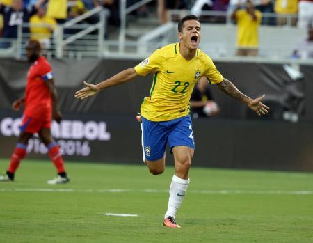 南米選手権第6日 ハイチ戦の前半、ゴールを決め喜ぶブラジルのコウチーニョ=オーランド(AP=共同)