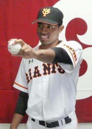 巨人の入団記者会見で、ポーズをとるガブリエル・ガルシア投手=9日、川崎市のジャイアンツ球場