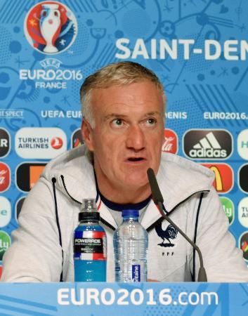 記者会見するフランスのデシャン監督=9日、パリ郊外サンドニのフランス競技場(共同)