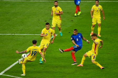 ルーマニア戦の終了間際に勝ち越しゴールを決めるフランスのパイエ=サンドニ(ゲッティ=共同)