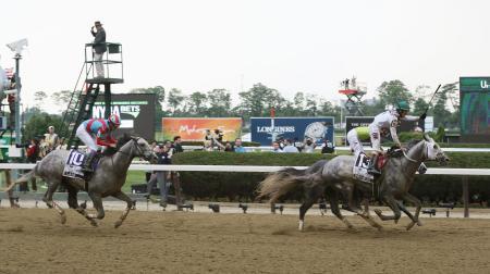 ベルモントステークスで3着の武豊騎乗のラニ(左)。1着はクリエイター(右手前)=ベルモントパーク競馬場(共同)