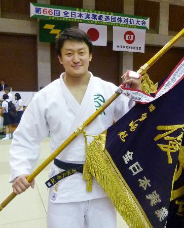 所属チームの団体戦全国優勝に貢献した原沢久喜=宮崎市のKIRISHIMAツワブキ武道館