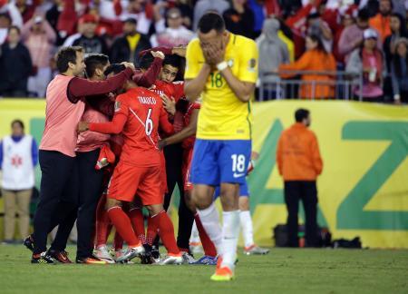 サッカー南米選手権でブラジルを破り喜ぶペルー代表。手前はピッチを離れるブラジルのレナトアウグスト=米マサチューセッツ州(AP=共同)