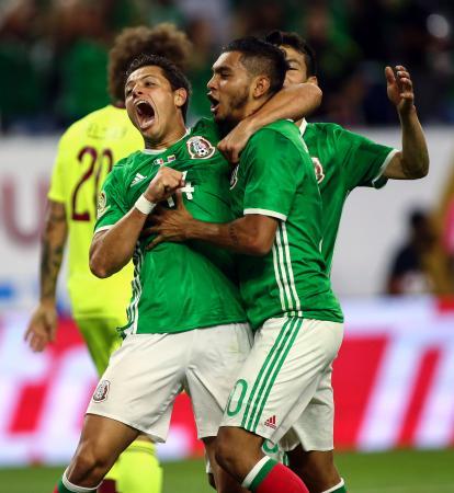 サッカー南米選手権1次リーグC組最終戦でゴールを決め、喜ぶメキシコ選手ら=米ヒューストン(ロイター=共同)