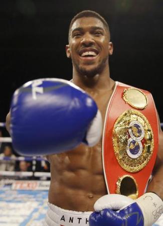 ボクシングのヘビー級世界戦に勝利し喜ぶアンソニー・ジョシュア=4月9日、ロンドン(AP=共同)