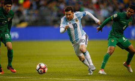 南米選手権第12日 ボリビア戦でドリブルするアルゼンチンのメッシ=シアトル(ゲッティ=共同)
