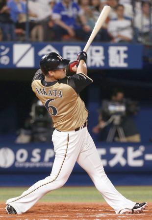 10回日本ハム2死、中田が左越えに勝ち越しソロを放つ=横浜