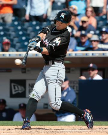 パドレス戦の9回、右翼線に二塁打を放つマーリンズのイチロー外野手。メジャー記録を日米通算で抜く4257安打とした=15日、サンディエゴ(共同)