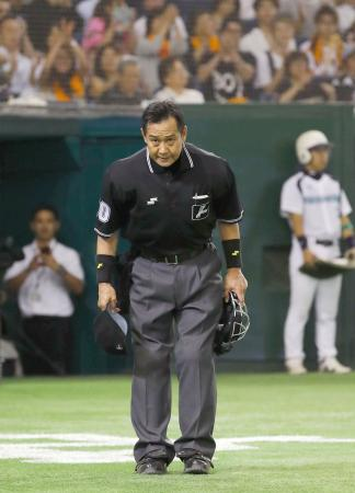 巨人―ロッテ1回戦で球審を務め通算千試合出場を達成し、一礼する名幸一明審判員=東京ドーム