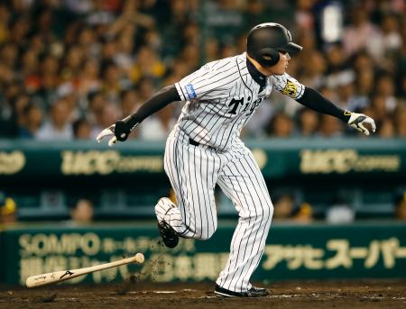 9回阪神2死二塁、福留が左前にサヨナラ打を放つ=甲子園