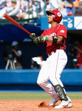 3回楽天無死、オコエが左中間にプロ初本塁打を放つ=横浜