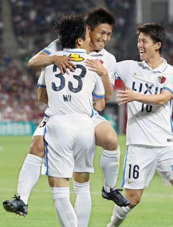 神戸―鹿島 後半、勝ち越しのゴールを決め祝福される鹿島・遠藤(中央)=ノエスタ