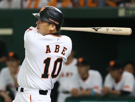 1回巨人無死一、三塁、阿部が中前に適時打を放つ=東京ドーム