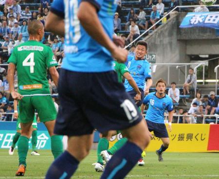 横浜FC―岐阜 前半、ヘディングで今季初ゴールを決める三浦(右から2人目)=ニッパツ