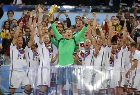 2014年、ワールドカップトロフィーを掲げ、優勝を喜ぶGKノイアーらドイツの選手たち=リオデジャネイロ(共同)