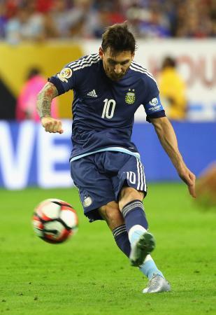 FKで得点を決めるアルゼンチンのメッシ=21日、米ヒューストン(ゲッティ=共同)