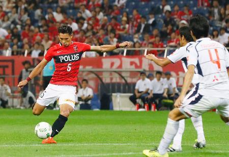 浦和―FC東京 後半、同点ゴールを決める浦和・槙野=埼玉スタジアム