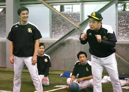 和田(左端)ら投手陣と談笑するソフトバンク・工藤監督(右端)=コボスタ宮城