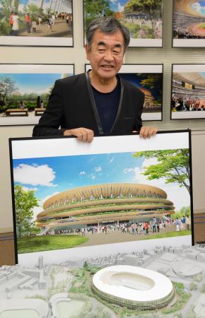 新国立競技場の基本設計を発表し、模型やイメージ図と写真に納まる隈研吾氏=24日午後、東京都港区