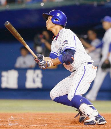3回DeNA1死、桑原が左越えに満塁本塁打を放つ=横浜