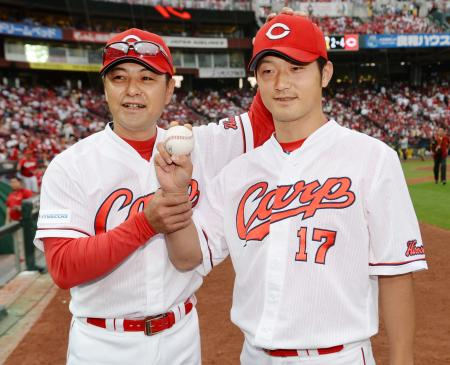 プロ初勝利を挙げ、ウイニングボールを手にする広島・岡田。左は緒方監督=マツダ