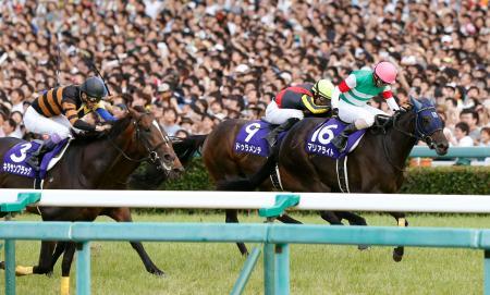 第57回宝塚記念で優勝したマリアライト(右)、2着のドゥラメンテ(中央)、3着のキタサンブラック(左)=阪神競馬場