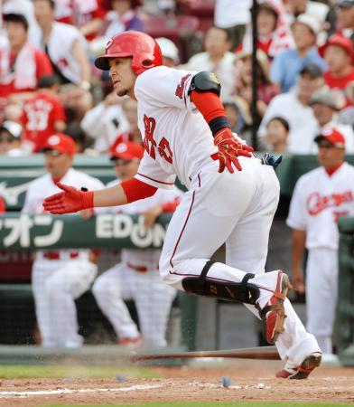 9回広島2死満塁、会沢が左前に同点打を放つ=マツダ
