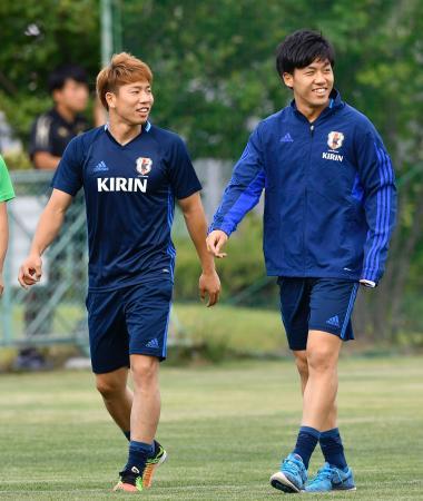 別メニューで調整する浅野(左)と遠藤=長野県松本市