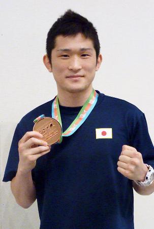 ボクシングのリオデジャネイロ五輪世界最終予選で五輪代表を決め、帰国した森坂嵐=27日、成田空港