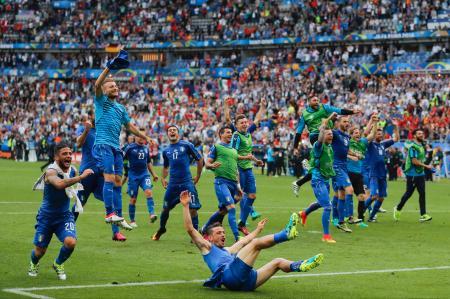 スペインに勝ち、喜ぶイタリアの選手たち=27日、サンドニ(AP=共同)