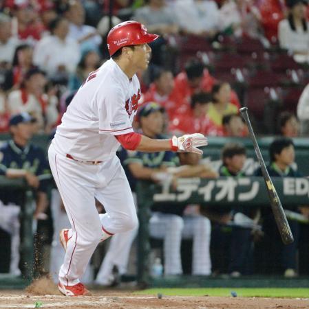 6回広島2死満塁、黒田が左越えに走者一掃の二塁打を放つ=マツダ
