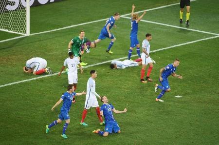 勝利を喜ぶアイスランドの選手と敗れたイングランドの選手=ニース(ゲッティ=共同)