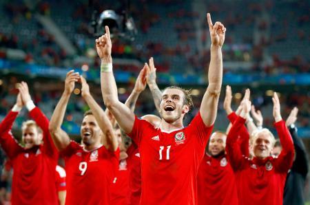準々決勝でベルギーを破り、喜ぶウェールズのベール(中央)ら=リール(ゲッティ=共同)